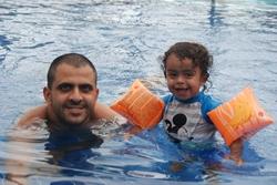 אורי לומד לשחות